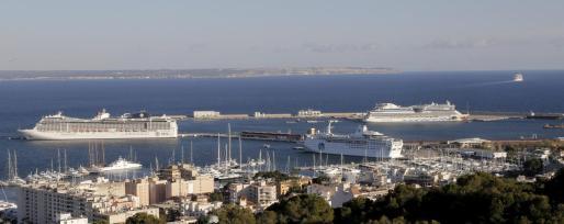 Imagen de archivo de varios cruceros atracados en el puerto de Palma.