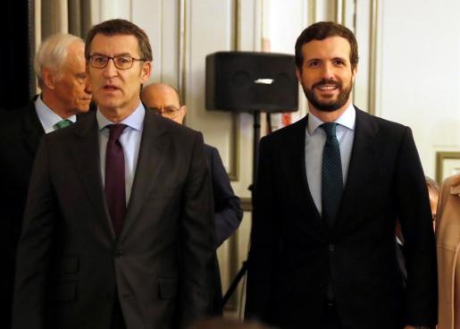 El presidente de la Xunta, Alberto Núñez Feijóo (i), y el líder del Partido Popular, Pablo Casado (d), a su llegada a un desayuno informativo en Madrid, este martes.