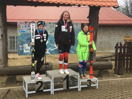 La esquiadora mallorquina Úrsula Pueyo, a la izquierda en el podio de Zagreb.