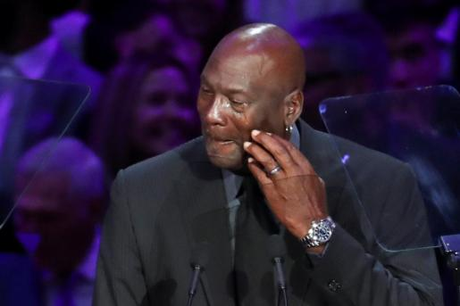 Michael Jordan, llorando durante su discurso para recordar a Kobe Bryant en el Staples Center de Los Angeles.