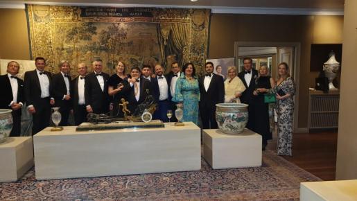 Fotografía de familia de las personalidades distinguidas con las medallas y acompañantes, el lunes por la noche, en la casa de Mayte Spínola.