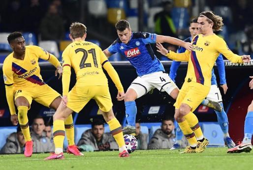 Un lance del encuentro entre el Nápoles y el Barcelona.