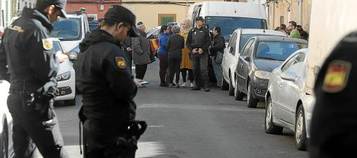 Los activistas protestaron este martes por el intento de desalojo de viviendas en Pere Garau.