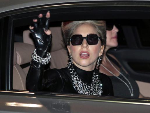 Fotografía tomada el 23 de mayo de 2012 que muestra a la cantante estadounidense Lady Gaga saludando a sus seguidores a su llegada a Bangkok.