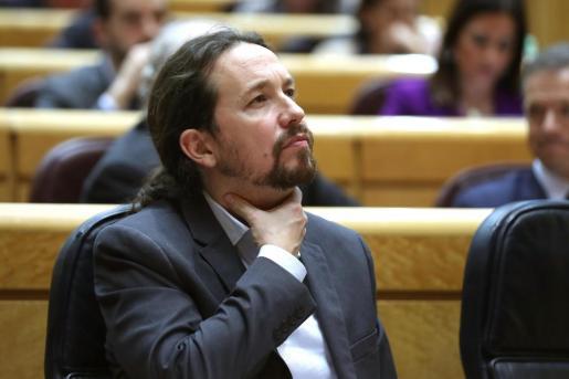 El vicepresidente segundo del Gobierno, Pablo Iglesias, durante el pleno del Senado celebrado este martes, ya notaba cierto malestar en su garganta.
