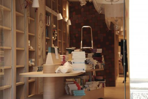 Imagen del interior de la tienda, en plena colocación de libros.