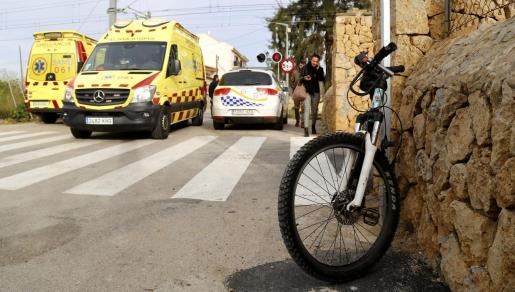 Imagen, en primer plano, de la bicicleta de la joven, junto a los equipos de emergencias.