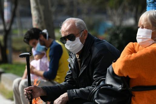 Un grupo de personas haciendo uso de las mascarillas protectoras.
