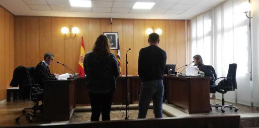El acusado, junto a la intérprete, el día del juico, celebrado el pasado lunes de 17 de febrero.