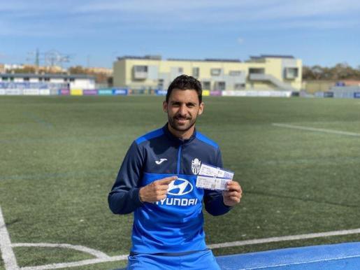 Arturo muestra dos entradas para el partido entre el ATB y la UD Ibiza.