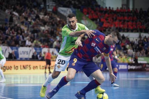 Allan presiona a un jugador del Barça durante el reciente partido de liga.