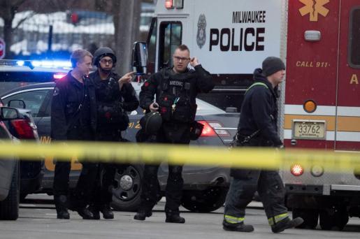 La policía en el lugar del tiroteo en Milwaukee.