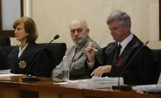 El juez Miguel Florit, en el centro, junto a su letrado, Josep Zaforteza, sentados en el estrado este jueves.