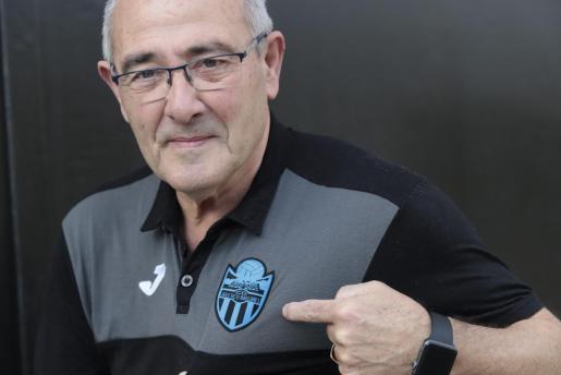 Imagen del delegado del Atlético Baleares, Pepe Gómez, posa luciendo el escudo del club.