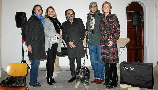 Alegría Alemán, Águeda Ropero, Bernardí Roig, Carlos Alemán con Trek, y Aina Aguiló.