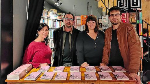 Lucía Pietrelli, Adrià Pujol, la editora Ester Andorrà y Albert Pijuán en Drac Màgic, donde se presentó el libro.