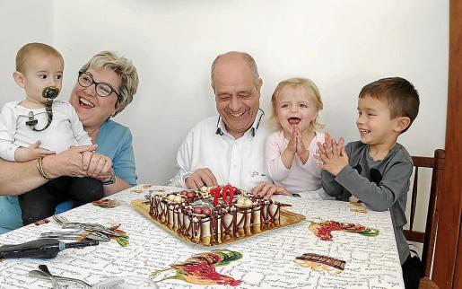 Tolo Oliver y María Boter junto a los nietos Tomeu, Xesc y Bruna.