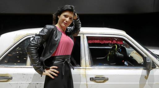 La cantante Annalisa Stroppa, en el escenario del Principal, ante uno de los coches que forman parte de la escenografía.