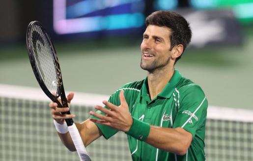 Novak Djokovic celebra su victoria ante el ruso Karen Khachanov en los cuartos de final del torneo de Dubai, donde se ha asegurado seguir al frente de la clasificación mundial pese al acecho de Rafael Nadal.