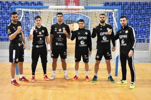 Los jugadores del Palma Futsal Tomaz Braga, Nico Sarmiento, Rafael Vilela, Hamza, Diego Nunes y Eloy Rojas posan en el Palau d'Esports de Son Moix.