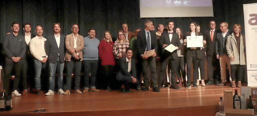 Imagen de grupo de participantes, jurado y patrocinadores del campeonato celebrado en la Escola d'Hoteleria de les Illes Balears.