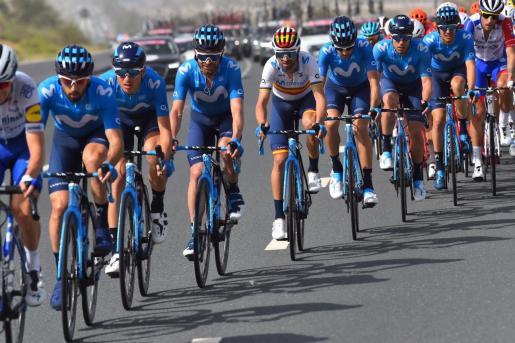Imagen de los corredores de Movistar Team, con el menorquín Albert Torres -segundo por la derecha- durante el Tour de los Emiratos Árabes.
