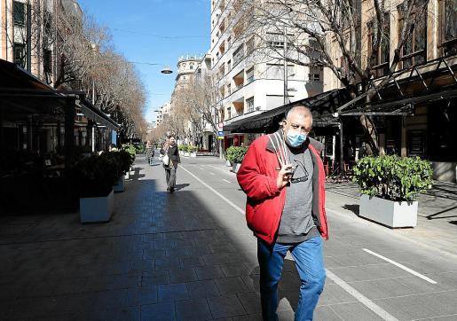 Un peatón caminaba este jueves por la calle de Blanquerna de Palma protegido por una mascarilla, una medida que los expertos insisten que es innecesaria para evitar el contagio por coronavirus.
