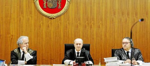 Los jueces Carlos Gómez, Antoni Terrasa y Pedro Barceló, antes del juicio contra Miquel Florit por el 'caso Móviles'.