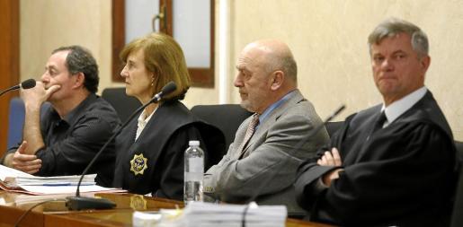 El magistrado Miquel Florit, ya jubilado, en el centro de la imagen, junto a su abogado defensor, Josep Zaforteza, en el estrado de la Sección Primera.