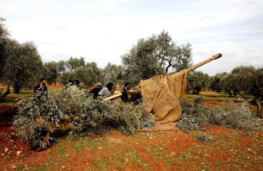 Artillería siria cerca de Idlib.