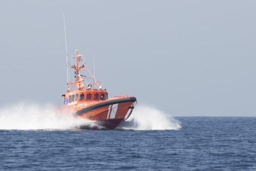 Los equipos de rescate buscaban el cuerpo del piloto tras el accidente.