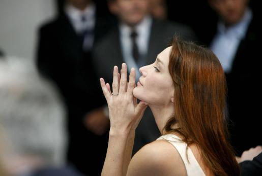 EFE - ITALIA G8 CUMBRE - POL - TREATIES AND INTERNATIONAL ORGAN - SUM307 L' AQUILA (ITALIA), 9/7/2009.- Carla Bruni, esposa del presidente francés, Nicolas Sarkozy, asiste a una rueda de prensa de su marido en la segunda jornada de la cumbre del G-8 en la localidad italiana de L' Aquila hoy, jueves 9 de julio. Los jefes de estado y de gobierno de los países industrializados del G8 se reunieron hoy con los líderes de los países emergentes del G5.