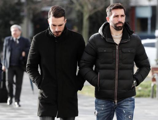 Los exjugadores del Betis Jordi Figueras (d) y Xabier Torres (i), llegando a la Audiencia Provincial de Navarra.