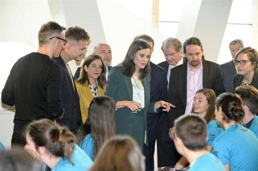 La Reina Letizia su llegada al acto de proclamación del ganador del 'Premio Fundación Princesa de Girona 2020' en la categoría social, junto al vicepresidente segundo, Pablo Iglesias.
