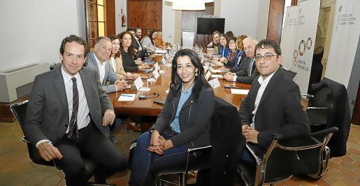 Los consellers Marc Pons y Iago Negueruela, junto a la presidenta de la comisión, Karima Delli.