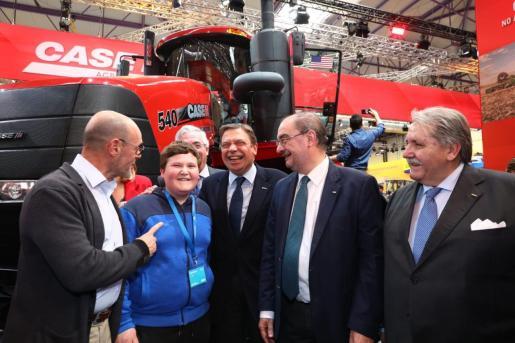 Miquel Montoro saluda al ministro de Agricultura, Luis Planas.