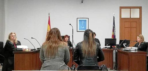 Las dos imputadas el día de la vista oral, celebrada en un juzgado de Vía Alemania.