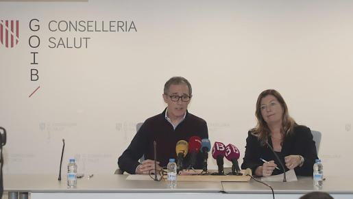 La consellera Patricia Gómez y el doctor Javier Arranz durante la rueda de prensa para explicar el nuevo caso de coronavirus en Mallorca.