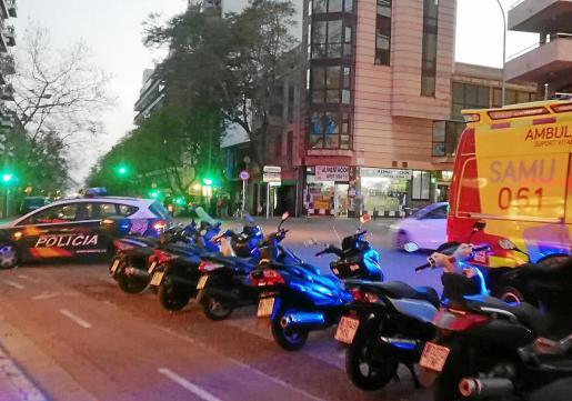 Policía Nacional y una ambulancia en el lugar de los hechos, el viernes por la tarde.