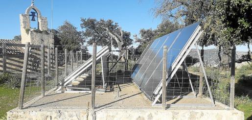 El Castell d'Alaró cuenta con diez placas fotovoltaicas con dos acumuladores de agua instalados hace una década.