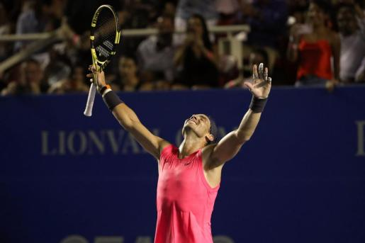 El español Rafael Nadal celebra su victoria ante el estadounidense Taylor Fritz en la final del abierto de Tenis de Acapulco disputada este sábado.
