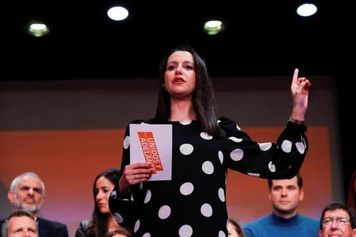 La portavoz parlamentaria de Ciudadanos, Inés Arrimadas, acompañada por varios líderes de la formación naranja, durante la presentación de la campaña 'Unidos y Adelante' de su candidatura para liderar el partido, este domingo en Madrid.