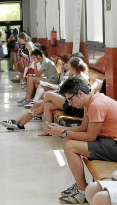 La escasa población universitaria de Balears está directamente conectada con los altos niveles de abandono y fracaso escolar de las Islas en las etapas educativas previas. En la imagen, alumnos esperan en un pasillo antes de una prueba de selectividad.