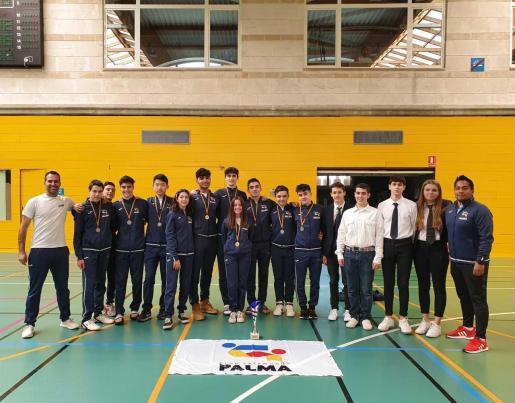 Los representantes de Club Taekwondo Palma posan en el Germans Escalas con su trofeo.