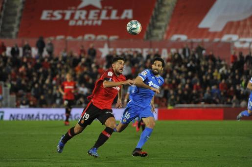 Lance del partido entre el Real Mallorca y el Getafe disputado este domingo en Son Moix.