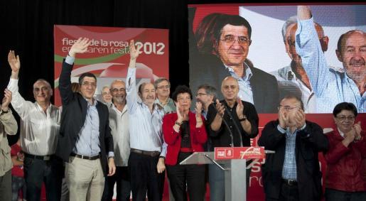El secretario general del PSOE, Alfredo Pérez Rubalcaba (3 izda); el lehendakari, Patxi López (2 izda), y el consejero del Interior, Rodolfo Ares (3 dcha), durante la Fiesta de la Rosa de los socialistas vascos.