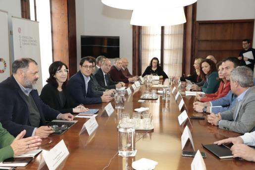 El conseller de Modelo Económico, Trabajo y Turismo, Iago Negueruela, ha presidido este lunes la reunión con el gerente del IB-Salut, Juli Fuster, y representantes de los consells insulares y patronales turísticas para debatir las medidas tras cancelación de la ITB.