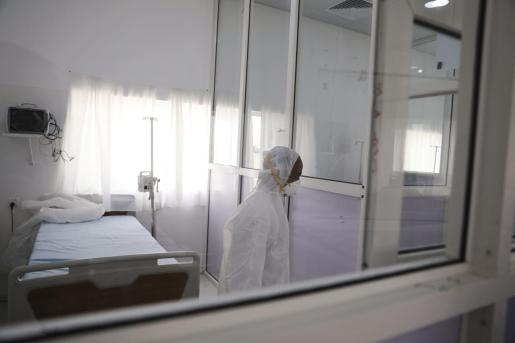 Un trabajador sanitario, en el interior de una habitación de aislamiento.