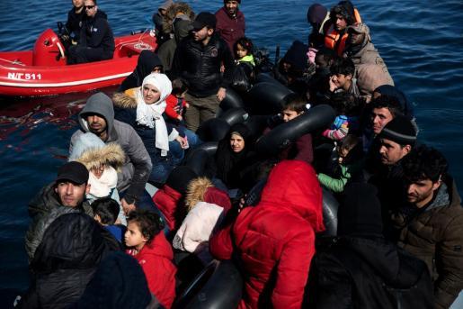 La situación que se está viviendo en las costas de Grecia es muy complicada. En la imagen los migrantes que cruzaron parte del Mar Egeo desde Turquía son vistos en un bote con un motor dañado.