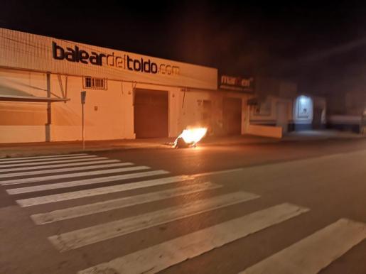 Incendio de un contenedor en la calle Poima del polígono de Can Valero